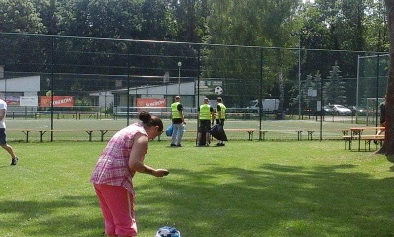 sprzątanie boiska